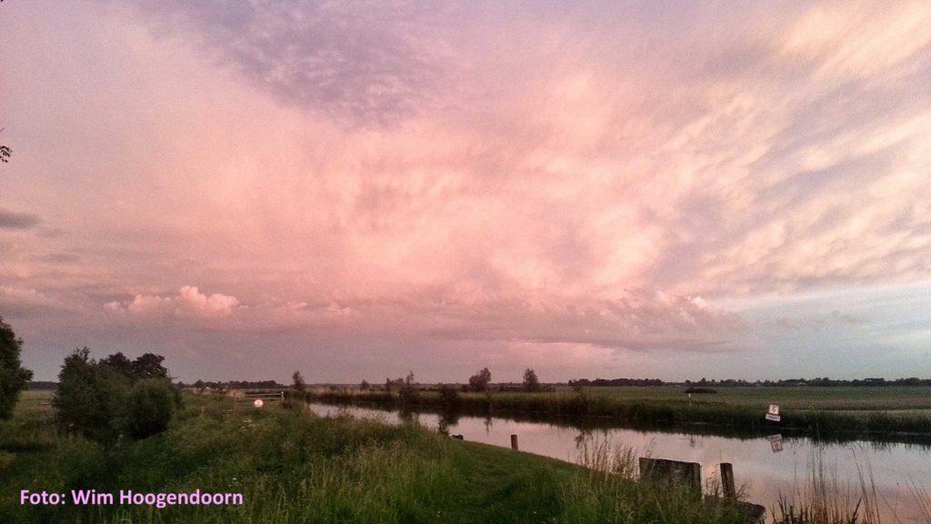 Roze wolkenlucht Wim Hoogendoorn